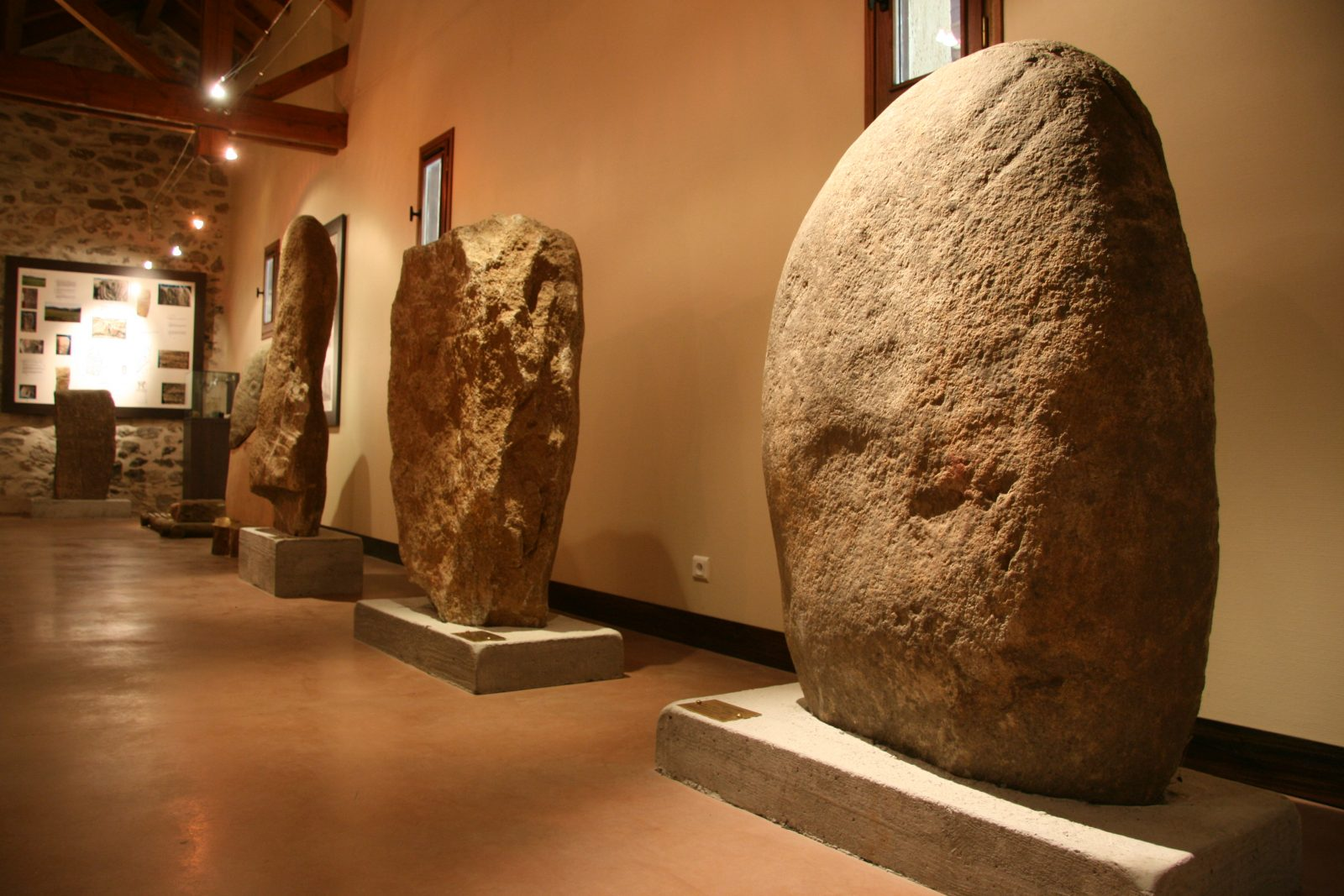 Salle d'exposition de statues menhirs