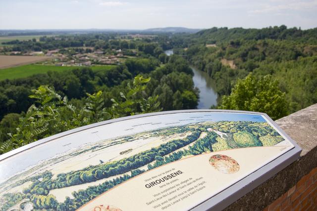 Panneau touristique et vue sur Giroussens