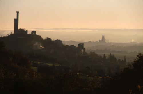 Castelnau de Lévis et sa tour au crépuscule