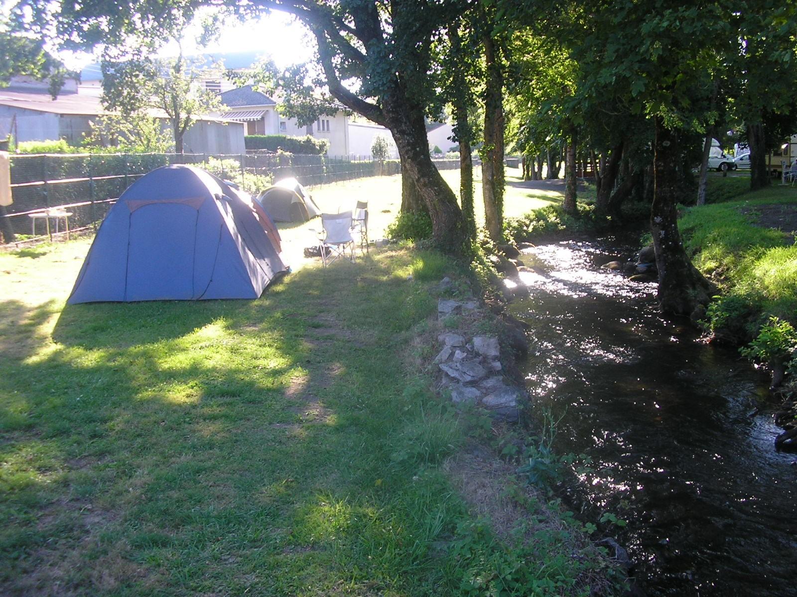 Municipal La Lande tente au bord du ruisseau