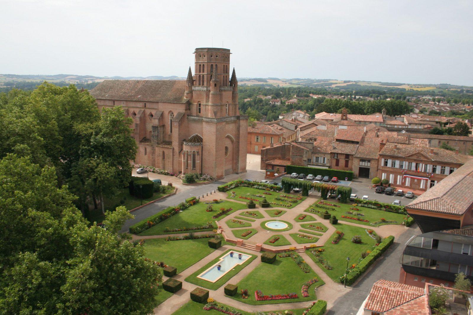vue aérienne Cathédrale et jardins – Lavaur – Tarn