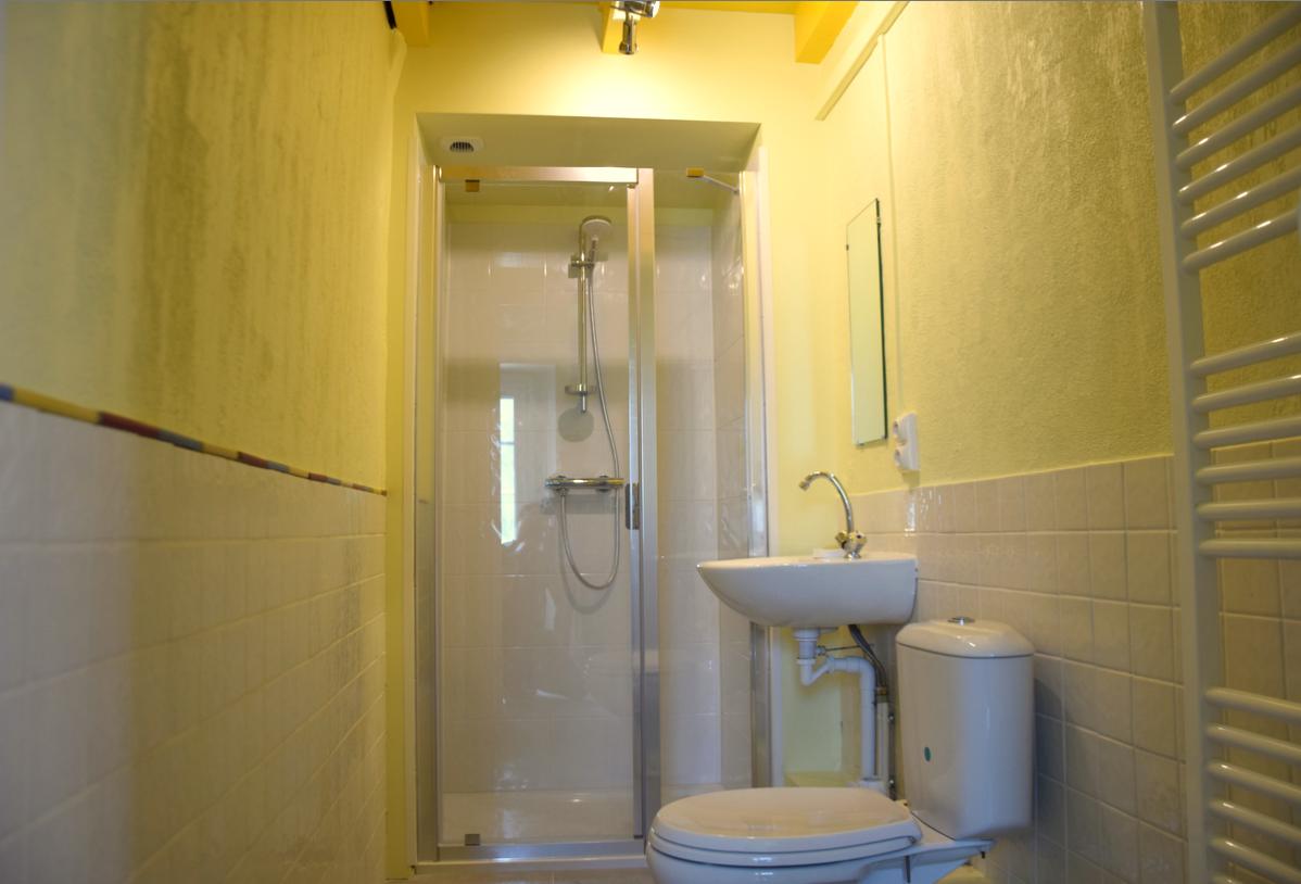 salle d'eau RDC Gite Bouisset Lasfaillades St Jacques
