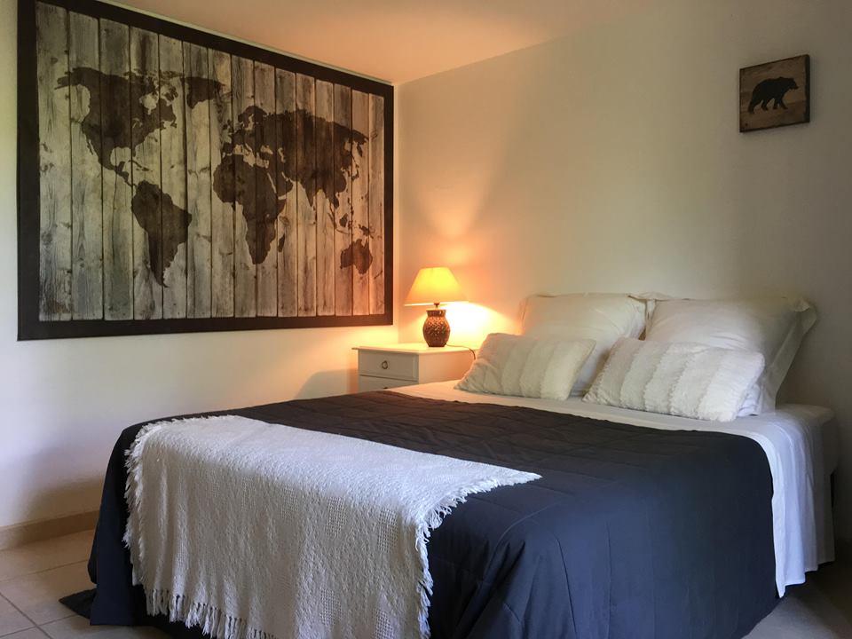 lit double dans la grande chambre