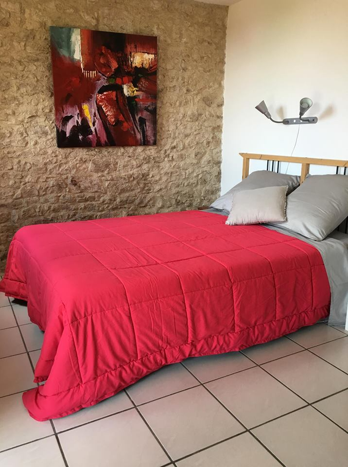 lit double dans la chambre en pierre