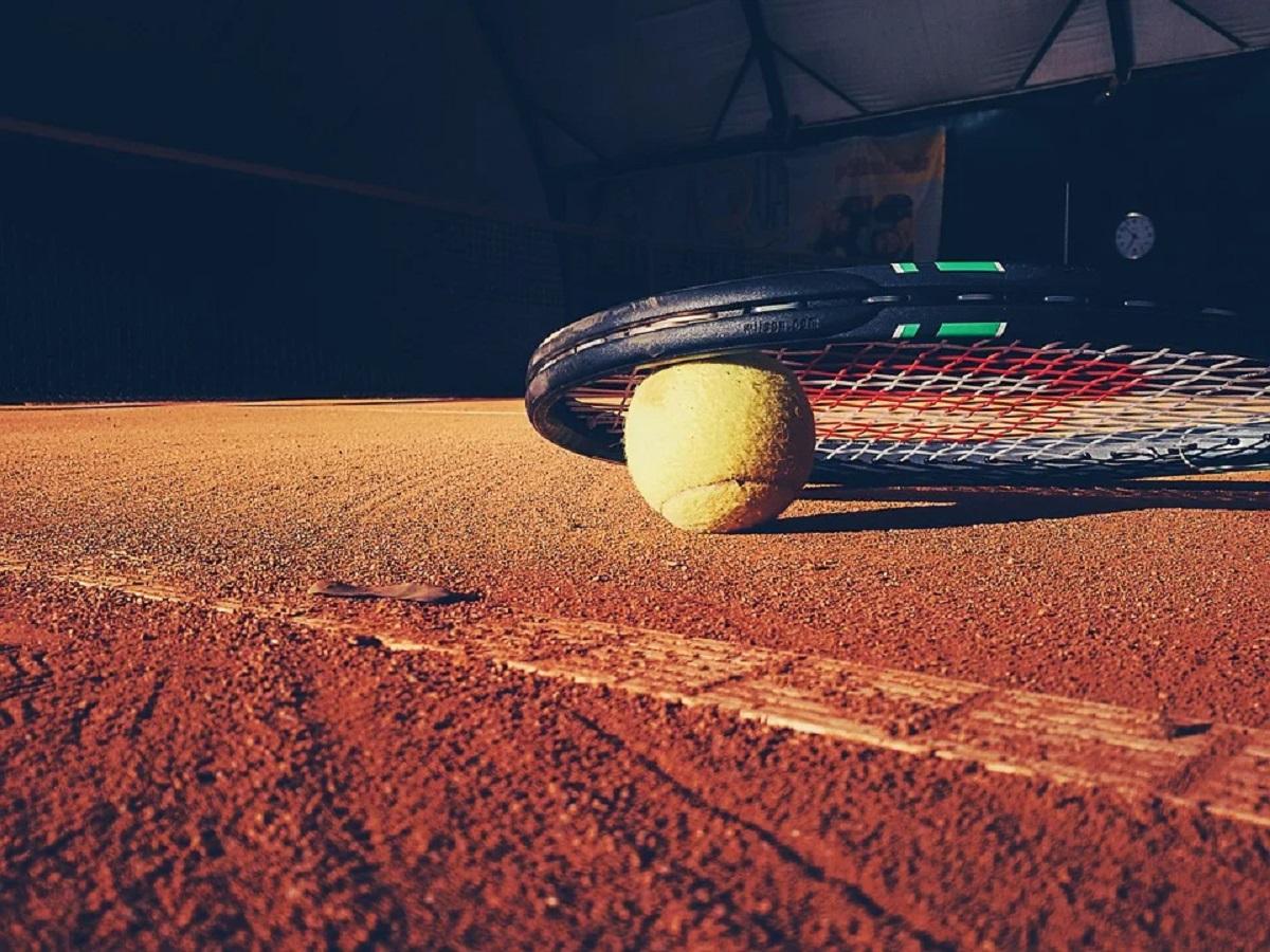 Terrain de tennis intérieur