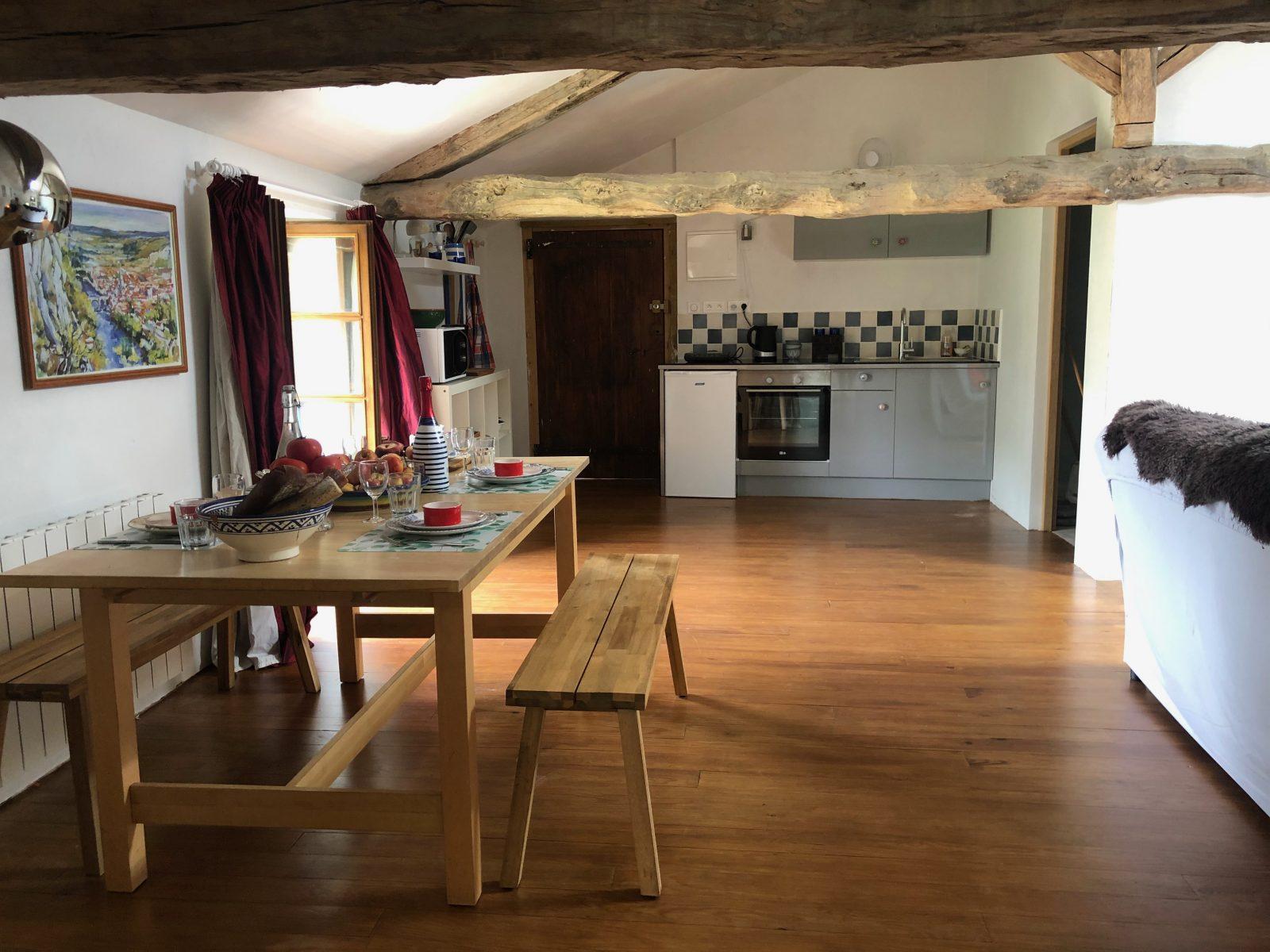 L'appartement des Figuiers : le séjour avec le coin cuisine
