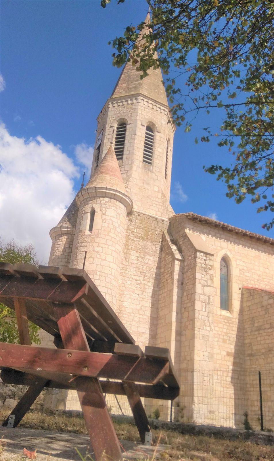 Table de pique-nique au pied de l'église