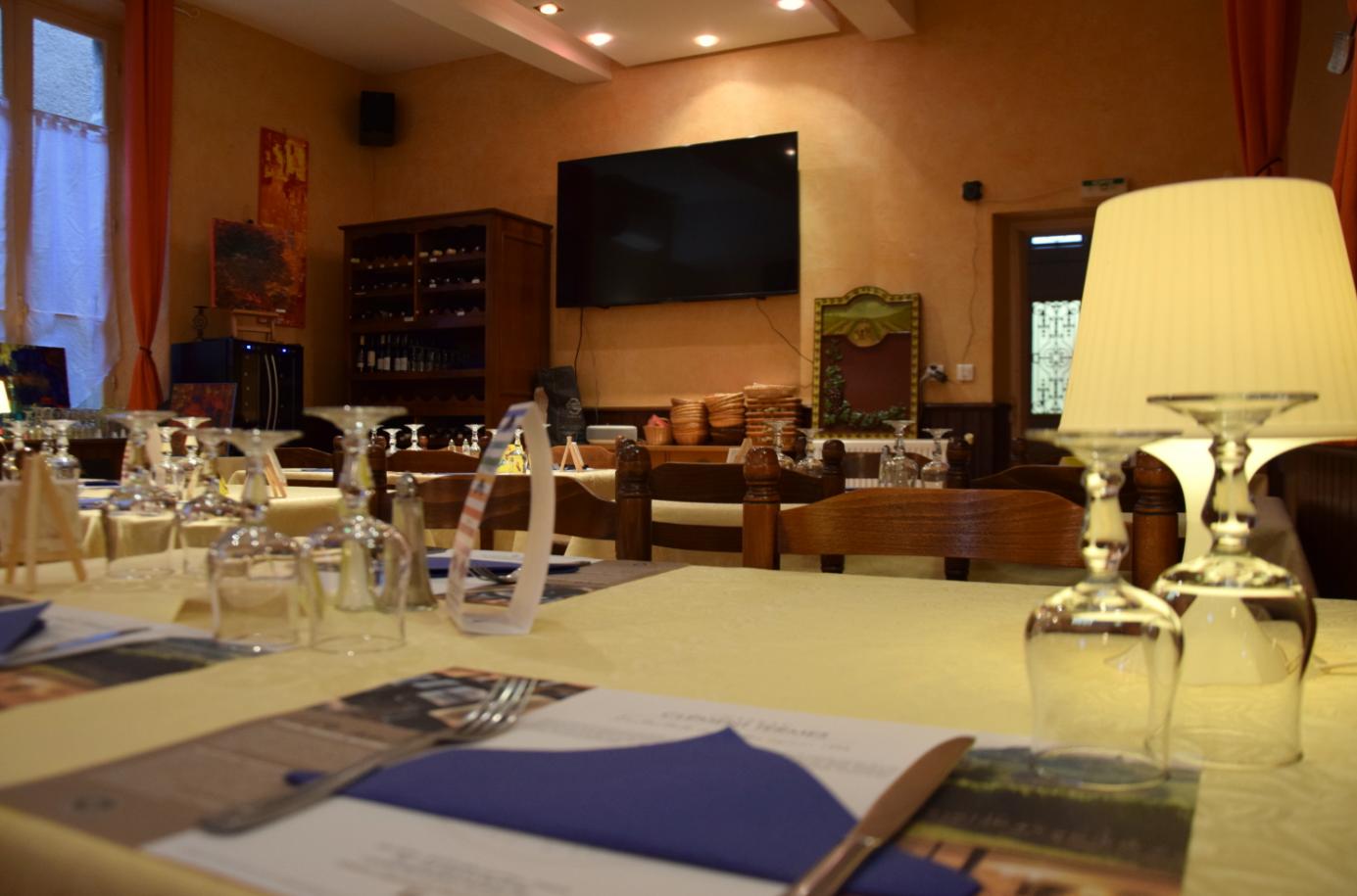 Salle avec écran restaurant La chaumière à Roquecourbe