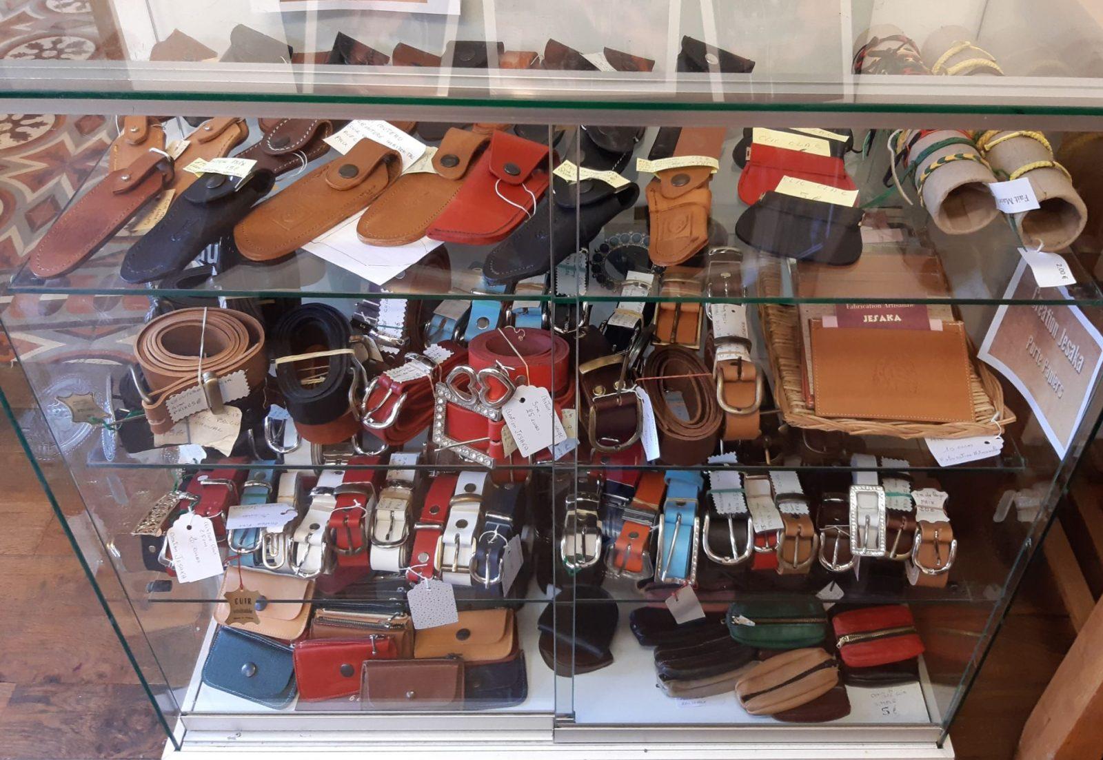 Bracelets, porte-monnaie, ceintures