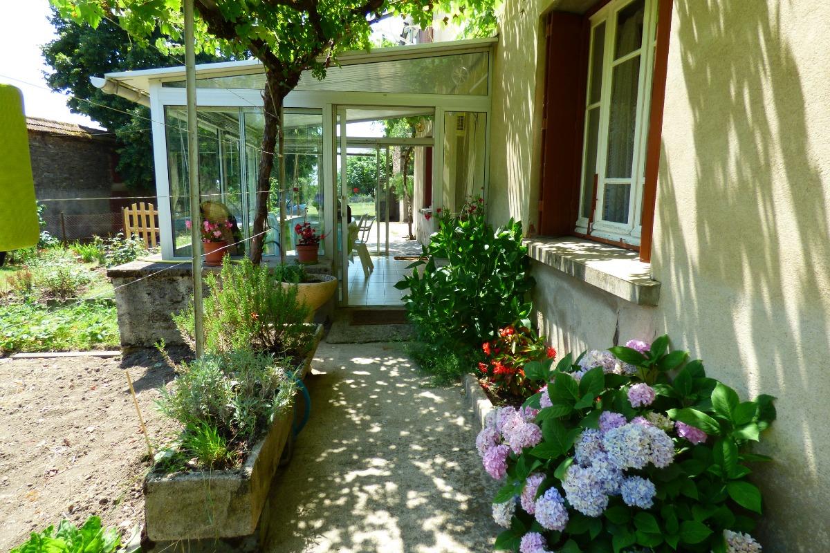 Maison en Ségala aux portes de l'Aveyron avec jardin arboré et potager à votre disposition.
